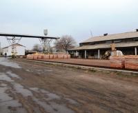 Площадка завода и кран.